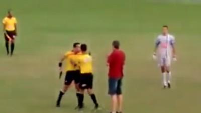 Schiedsrichter holt auf dem Platz plötzlich eine Knarre raus