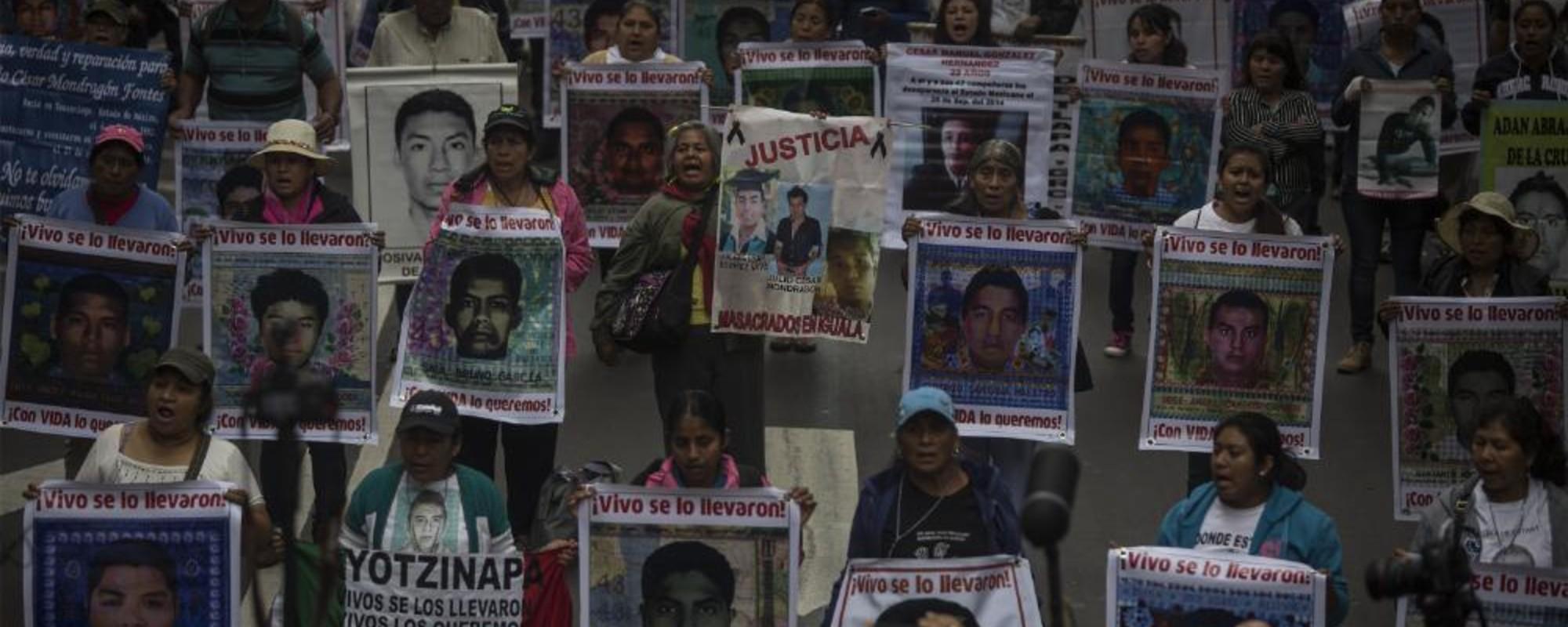Fotografii de la marșul pentru tinerii dispăruți în Mexic