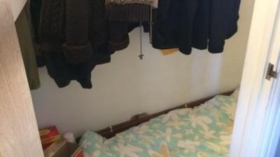 Eine Matratze in einem Schrank unter einer Treppe – für nur 760 Euro im Monat