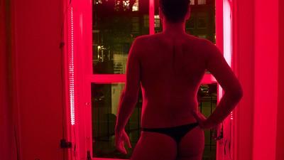 Ik stond een nachtje als man achter een raam op de Wallen