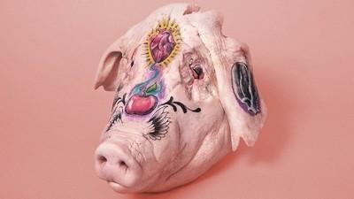 Esto es lo que pasa cuando le das cabezas de cerdo a varios tatuadores