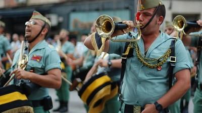 Banderitas y música militar: el gobierno convertirá el 12 de octubre en una fiesta patriotera