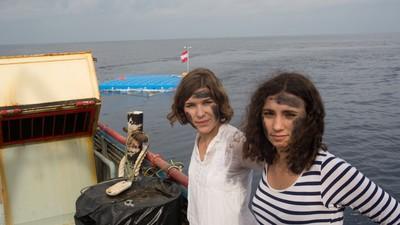 """""""Das Abendland ertrinkt in den Todeszahlen""""—Warum eine Künstlergruppe Rettungsinseln im Mittelmeer montiert"""