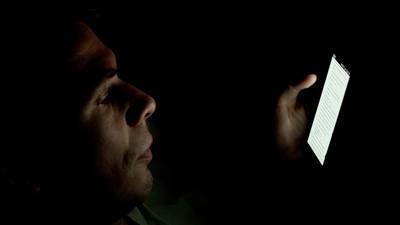 Ei tío, ¿sabes que pueden meterte en el trullo por espiar el móvil de tu pareja?