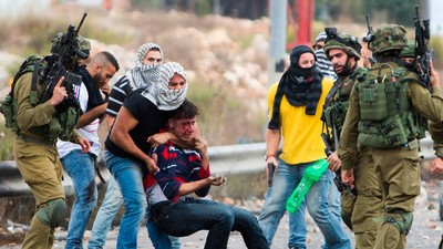 Video: Soldados israelíes camuflados disparan a manifestantes palestinos