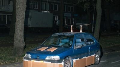 Este Cara Roda as Ruas de Amsterdã de Madrugada Tunando Carros de Estranhos com Papelão