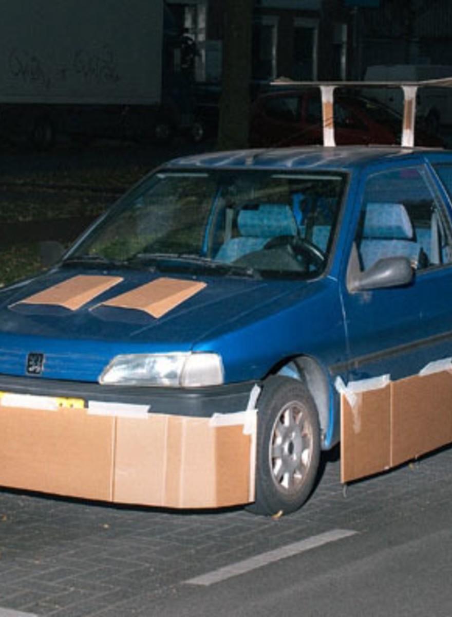 El hombre que tunea con cartones coches de desconocidos
