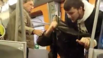 In der Wiener U-Bahn macht ein Typ jede Frau an – und wird dafür verprügelt