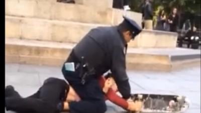 Video: Polizist nimmt Skater in Würgegriff und sprüht ihm Pfefferspray ins Gesicht