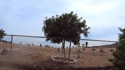 En el Valle de Guadalupe juegan futbol entre tumbas y lápidas
