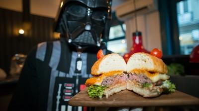 Cum să gătești burgeri de Halloween, îmbrăcat ca Darth Vader