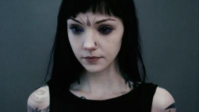 Esta é a Grace Neutral, uma princesa alien cheia de tatuagens