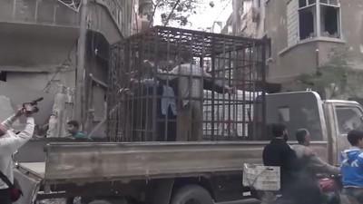 Video: rebeldes sirios exhiben a prisioneros en jaulas y los utilizan como escudos humanos