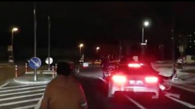 Ein Autofahrer fährt einen Radfahrer an und wird im Netz gefeiert
