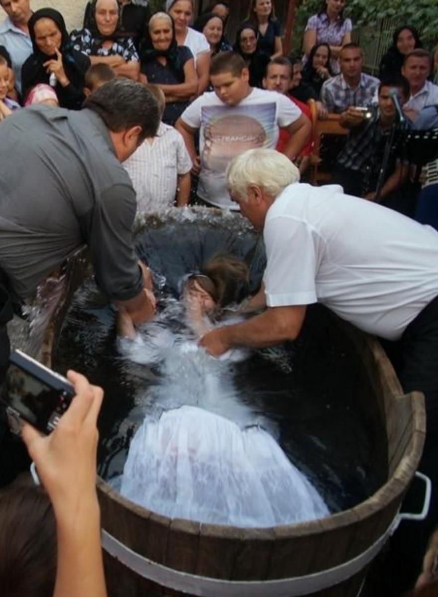Erwachsene Menschen und ihre dramatischen Taufen