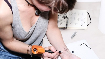 Mit diesem Gerät könnte sich jeder zu Hause selbst tätowieren