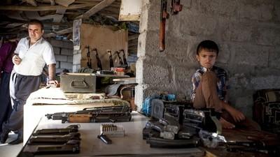 Zu Besuch auf einem Waffenmarkt, wo sich die Peschmerga für den Kampf gegen den IS ausrüsten