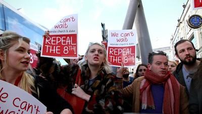 Menstruatuits para el primer ministro irlandés en protesta por la ley del aborto
