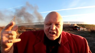 Rusul ăsta gropar și rapper urăște atât de mult Vestul, încât și-a dat foc la mașină