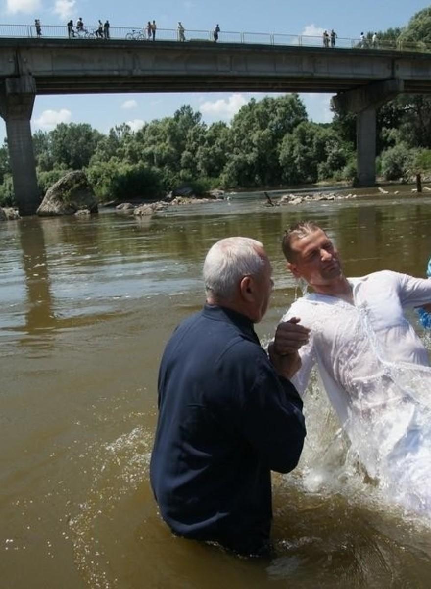 Imágenes de bautismos de adultos en Rumanía