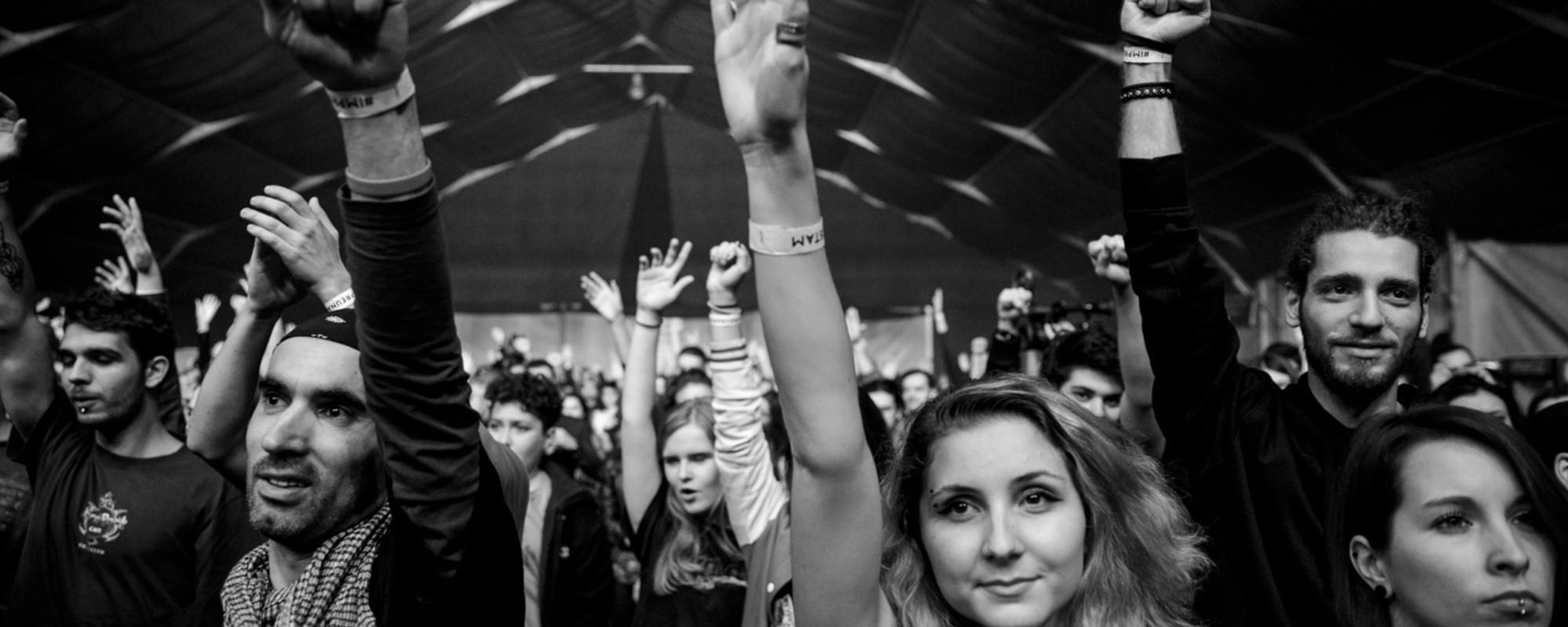 Fotografiile de la concertul pentru Colectiv îți arată cum se îmbină tristețea cu fericirea