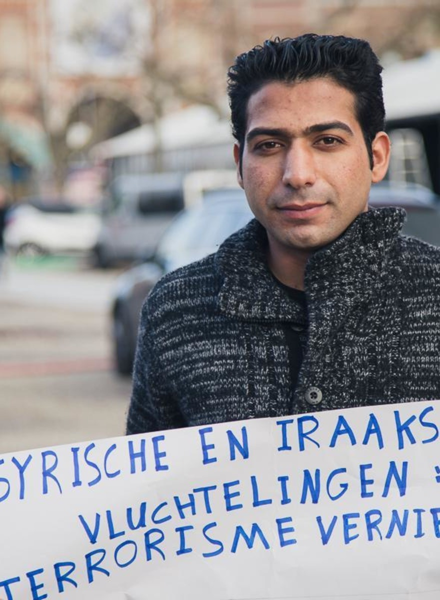 Foto's van de herdenkingstocht die Amsterdamse vluchtelingen hielden voor Parijs