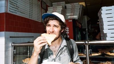 Männer essen laut einer Studie übertriebene Mengen, um Frauen zu beeindrucken