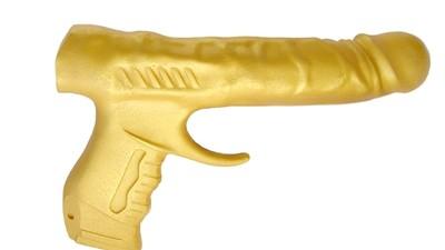 """A Exposição """"American Gun Show"""" Ironiza a Posse de Armas nos EUA"""