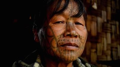 Die tätowierten Frauen von Myanmar und das Problem mit dem Fototourismus