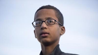 El niño que hizo un reloj con aspecto de bomba pide 15 millones por su injusta detención