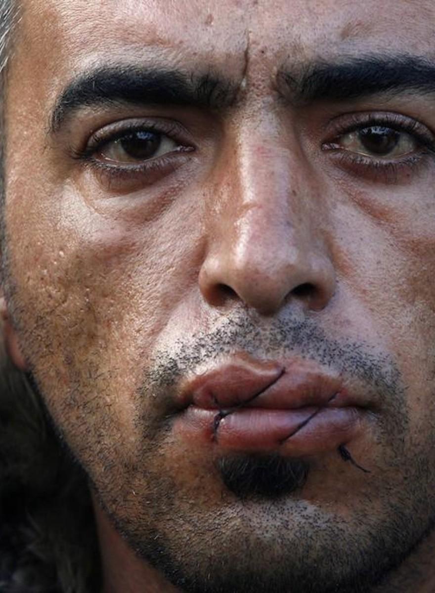 Retratos de iranís que han sellado sus bocas para pedir que se abran fronteras