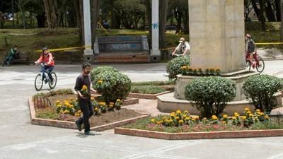 Un artista mexicano plantó flores en Bogotá para recordar los muertos de su país