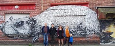 Nederlandse ramptoeristen helpen Doel de vernieling in