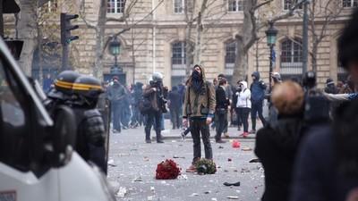 Fin de manifestation écologique sous tension entre des militants masqués et la police
