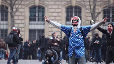 Foto's van de rellen tussen anarchisten en de politie bij de klimaattop in Parijs