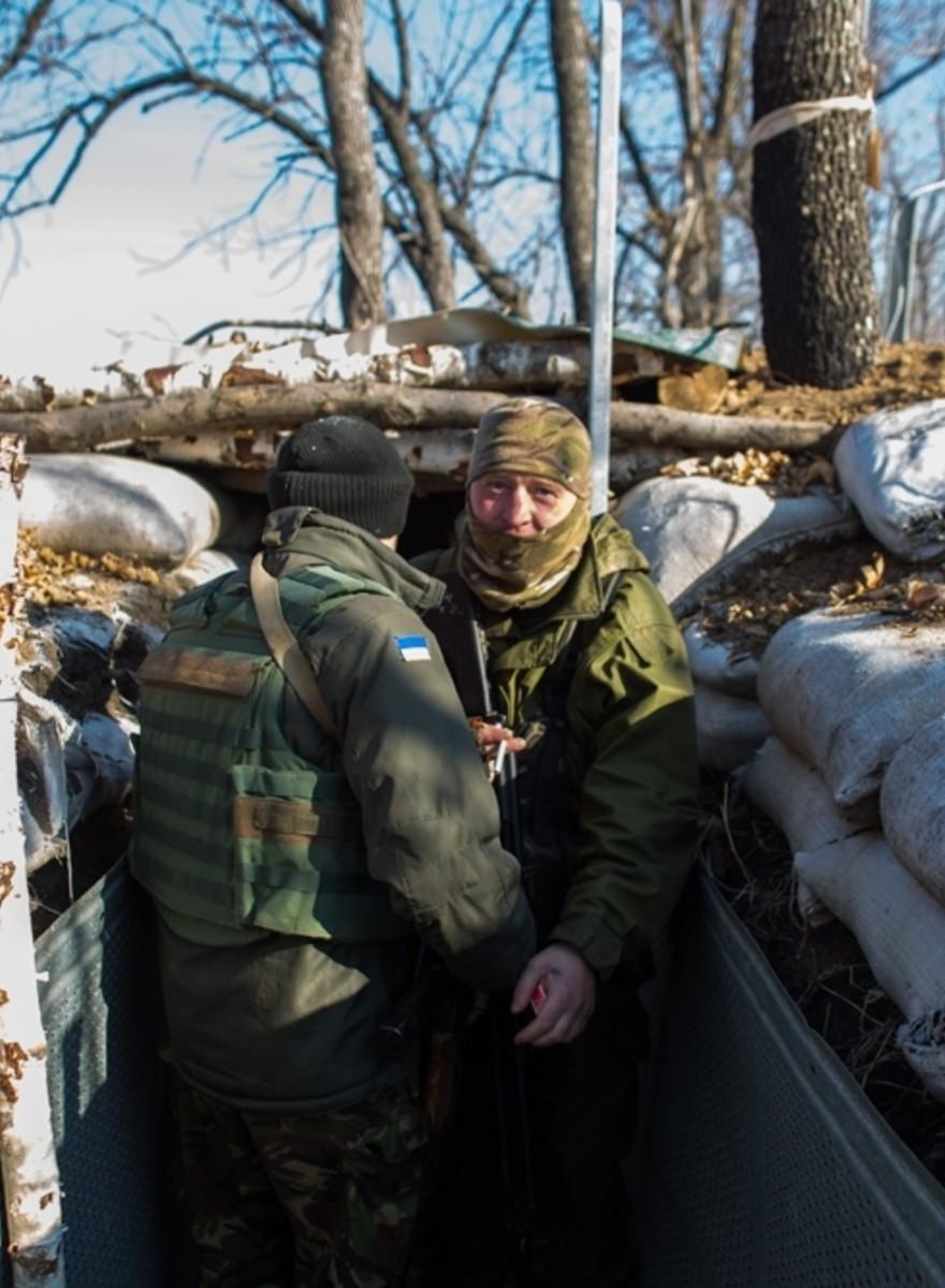 Foto's van soldaten, katten en machinegeweren aan de Oekraïense frontlinie