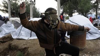 We spraken met vluchtelingen die vastzitten achter het hek aan de Macedonische grens