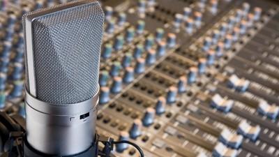 El truco de grabación poco conocido que hace sonar perfectamente a los cantantes