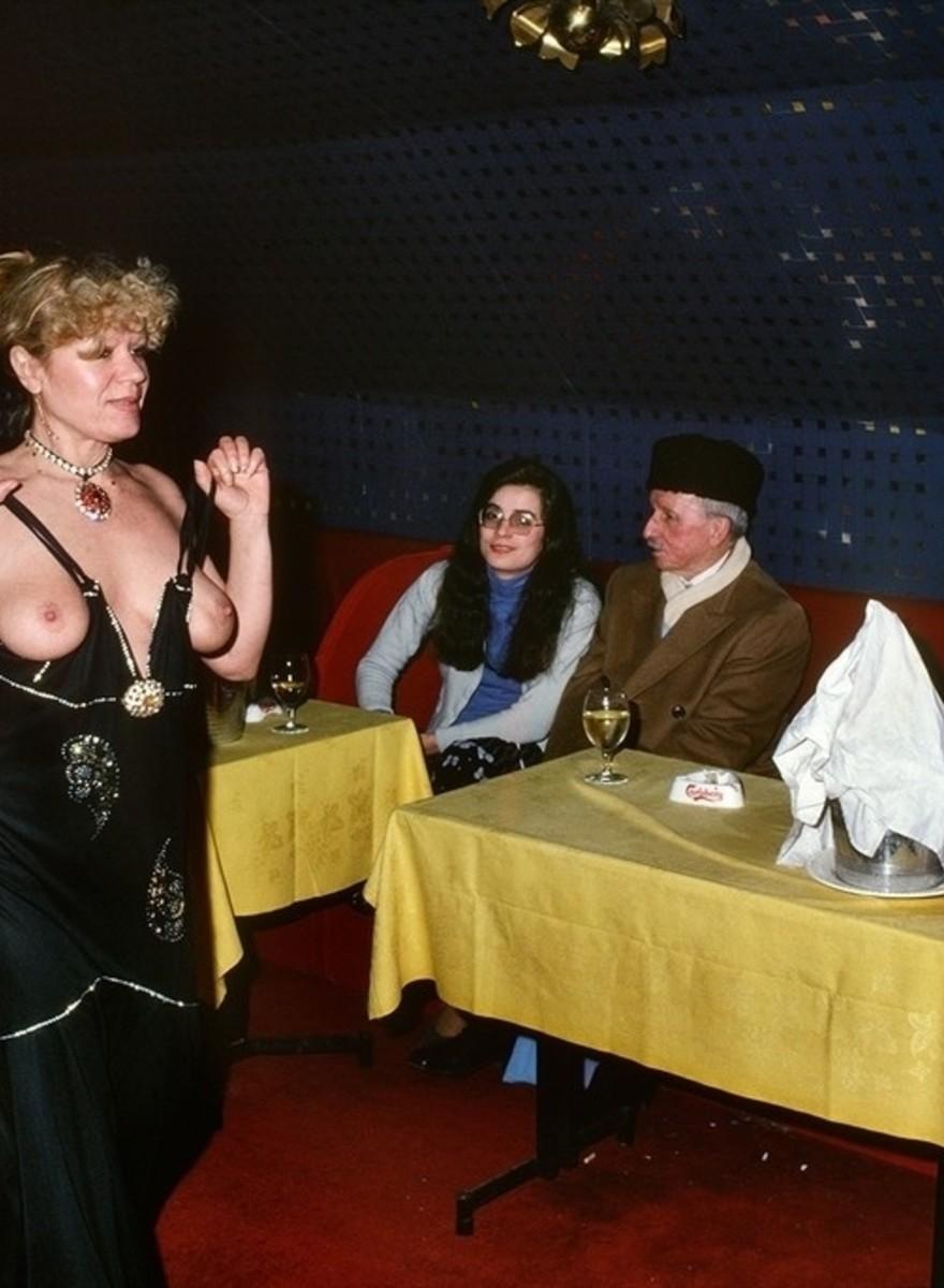 Foto NSFW dagli strip club di Parigi degli anni Settanta
