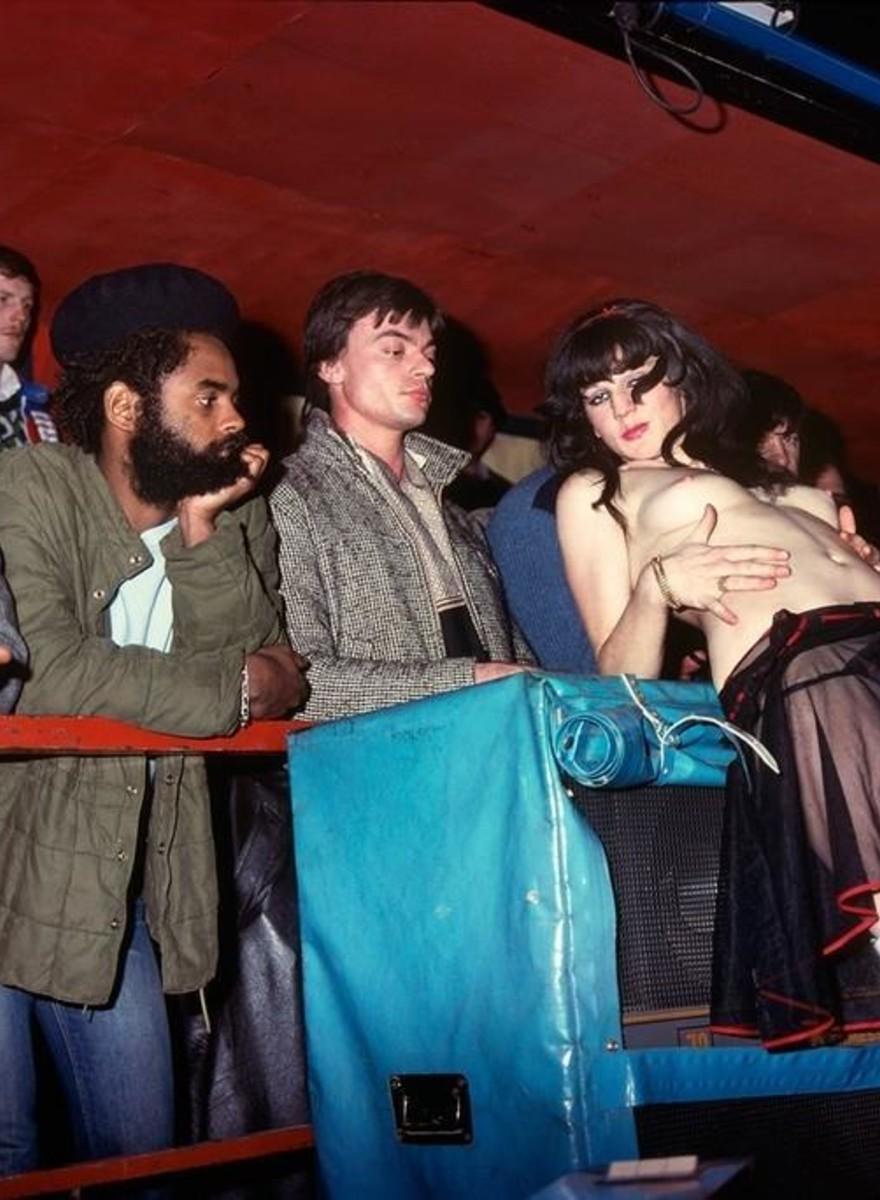 Fotos explícitas, sórdidas e deslumbrantes dos clubes de strip de Paris da década de 70