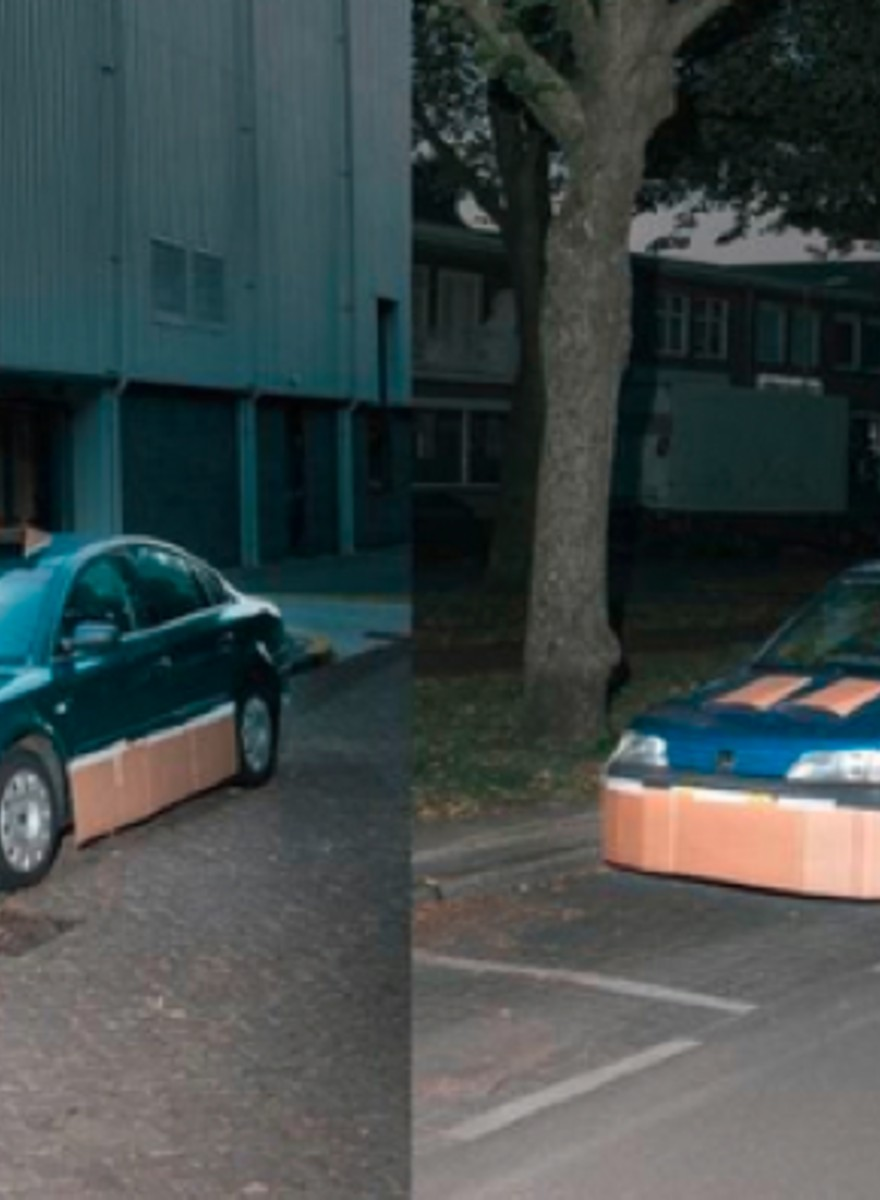 Il genio che di notte va in giro a pimpare le auto degli sconosciuti col cartone