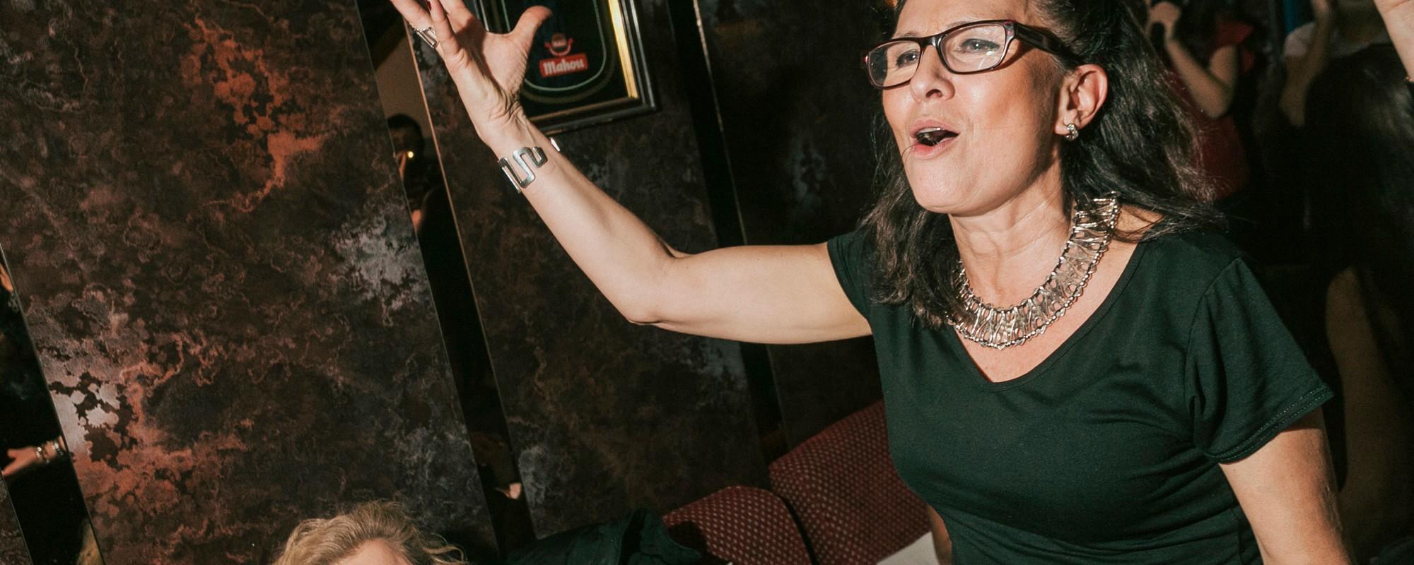 Cachondeo y sueños imposibles: así es la gente que canta en los karaokes de Madrid
