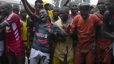 Een voetbaltoernooi in een zwaarbewaakte gevangenis in Oeganda