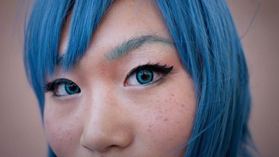 Lumea ilegală a celor care-și schimbă culoarea ochilor prin operație