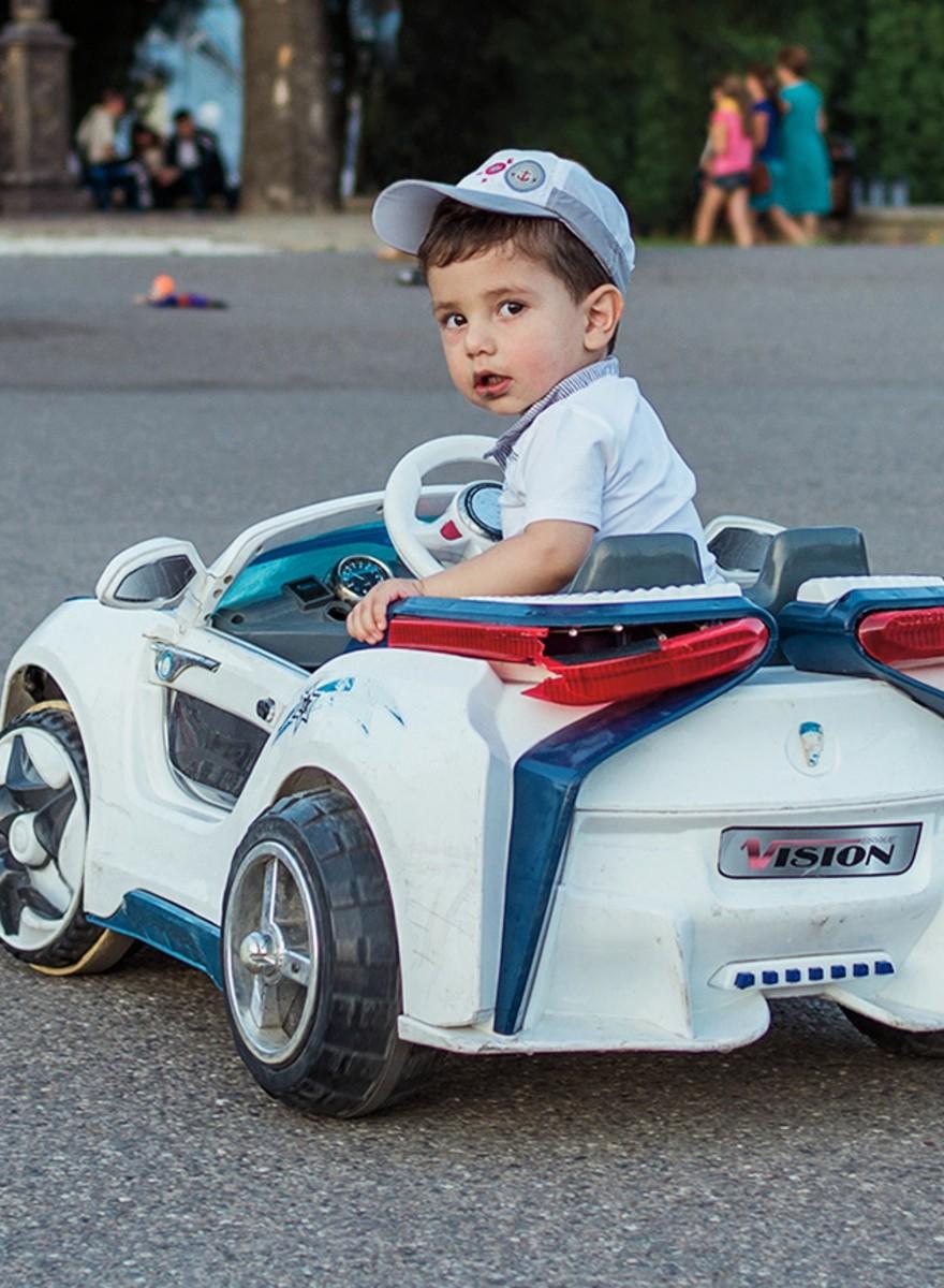 Kinderen en hun elektrische autootjes in de Kaukasus