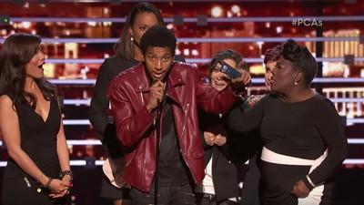 Dieser Typ hat die Bühne der People's Choice Awards gestürmt, um Kanye zu zitieren