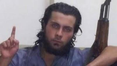 Su madre le pide que abandone Estado Islámico y él la ejecuta en público