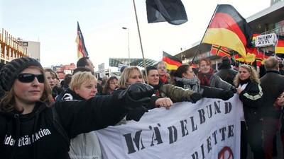 Crónica de las manifestaciones paralelas contra la oleada de abusos sexuales en Colonia