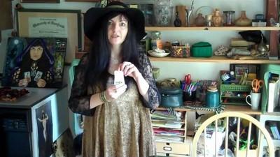Falámos com uma bruxa que exorciza vírus de computador com magia