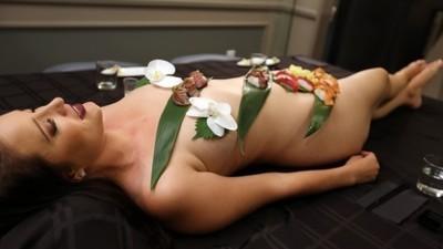 Když je jídlo sexy: Body Sushi